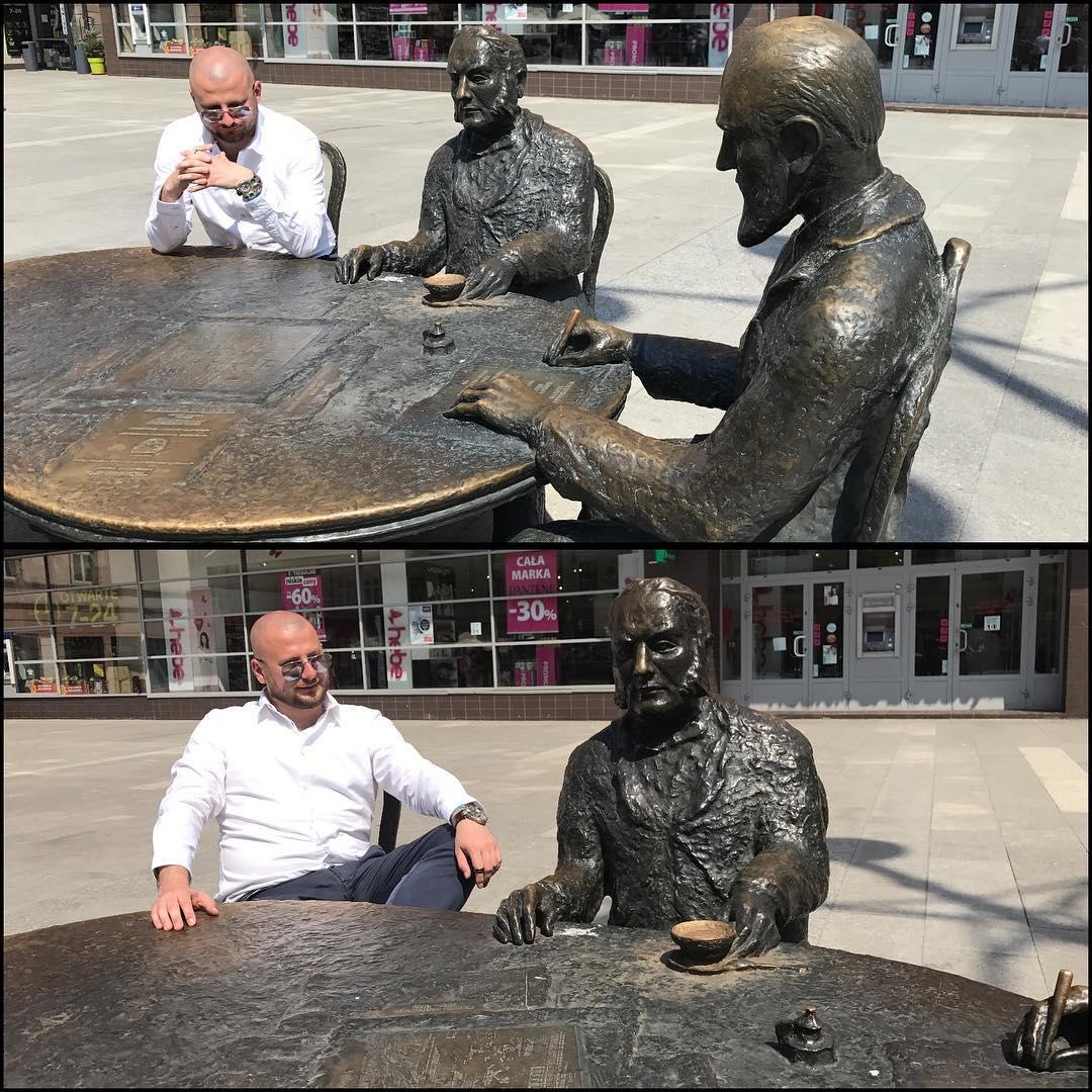 Pomnik, przy którym można usiąść.