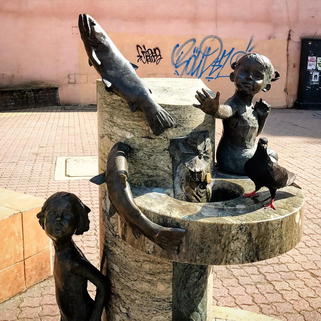 Pomniki, dzieci, ryby, gołębie.