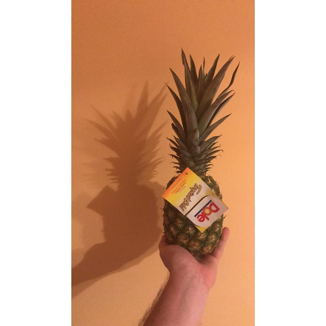 Ananas rzuca cień.