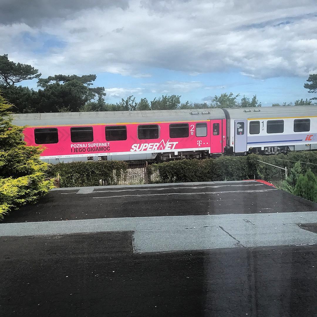 Zawsze chciałem mieszkać w miejscu z widokiem na pociągi. Takie marzenie z dzieciństwa. I oto jest. #półwysephelski
